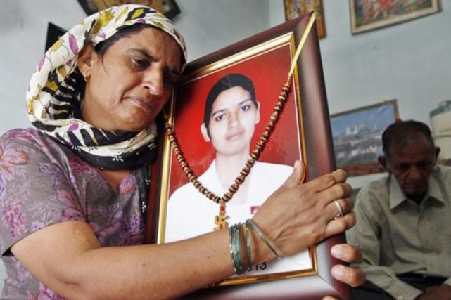 La mère de Preeti Rathi serre dans ses... (photo hindustan times/bbc)