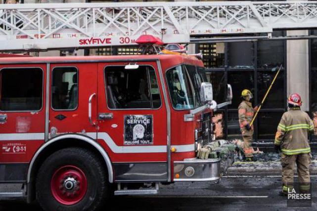 Deux ouvriers ont dû être secourus par les pompiers au centre-ville de... (PHOTO EDOUARD PLANTE-FRECHETTE, ARCHIVES LA PRESSE)