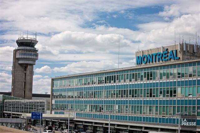 Mis au courant des délais à l'aéroport de Montréal, le ministre fédéral... (Photo André Pichette, La Presse)