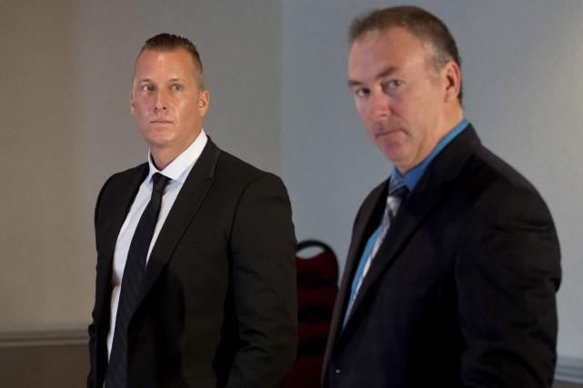 L'ex-policier Alex Therrien, à gauche, s'est présenté à... (Spectre Média, Jessica Garneau)