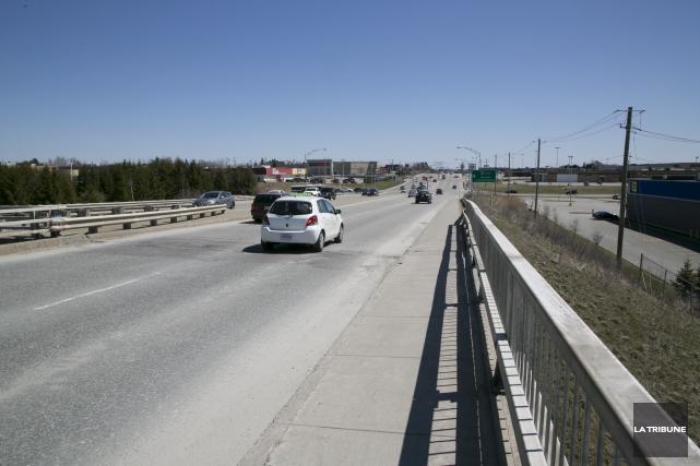 L'abandon du projet de passerelle cyclable enjambant l'autoroute... (Archives, La Tribune)