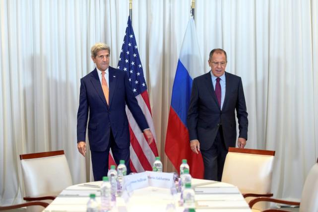 Le secrétaire d'État John Kerry aux côtés de... (REUTERS)