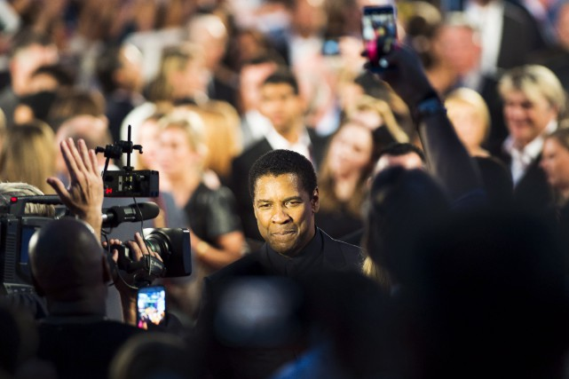 Denzel Washington sur le tapis rouge de la... (La Presse canadienne, Nathan Denette)