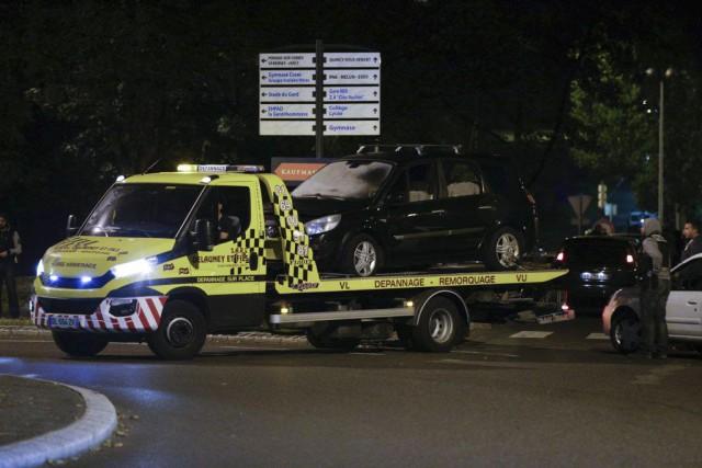 À l'intérieur de la voiture, les enquêteurs antiterroristesont... (AFP, GEOFFROY VAN DER HASSELT)