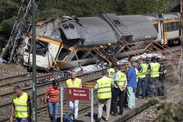 Un train de passagers a déraillé, vendredi, dans... (AP, Lalo R. Villar)