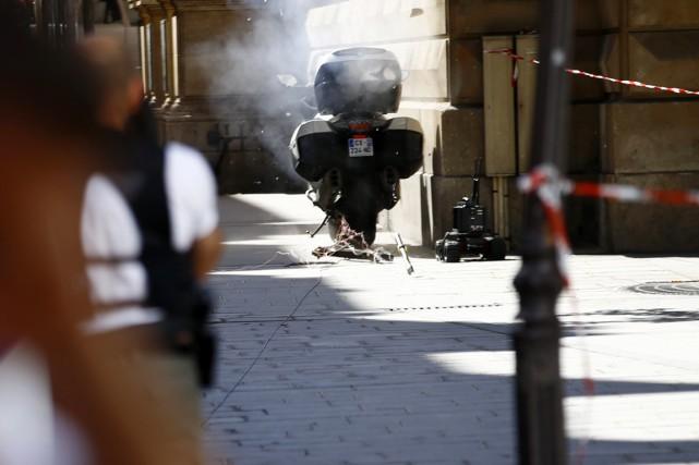 Des artificiers de la police française font exploser... (photo François Mori, AP)