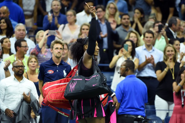 Serena Williams a salué la foule après sa... (Photo Timothy A. CLARY, AFP)