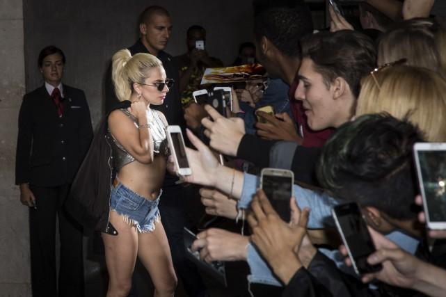 Lady Gaga prend la pose pour les amateurs.... (Vianney Le Caer/Invision/AP)