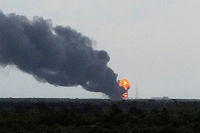 Le lanceur Falcon 9 a explosé sur son... (PHOTO REUTERS/TWITTER)