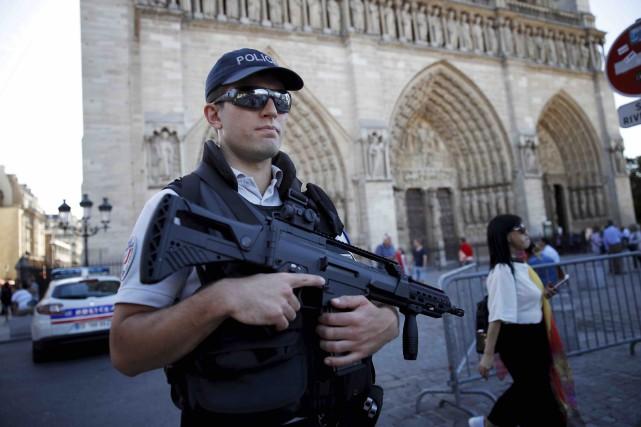 C'est sous présence policière que les touristes pouvaient... (AP, Christophe Ena)