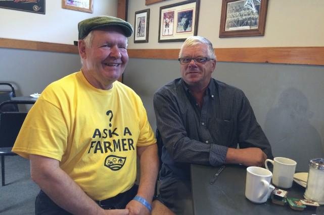 Les agriculteurs Chris Judd et Denis Dubeau.... (Patrick Duquette, LeDroit)