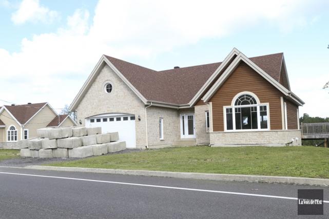 Trois maisons, propriétés d'une compagnie à numéro de... (Janick Marois, La Voix de l'Est)