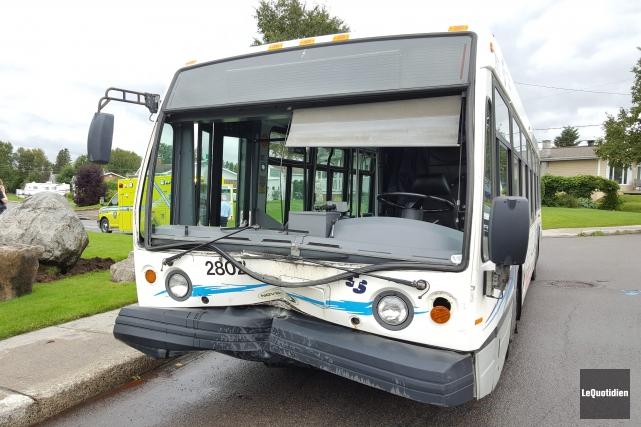 Un chauffeur de la Société de transport du Saguenay (STS) a subi des blessures... (Photo Le Quotidien, Michel Tremblay)