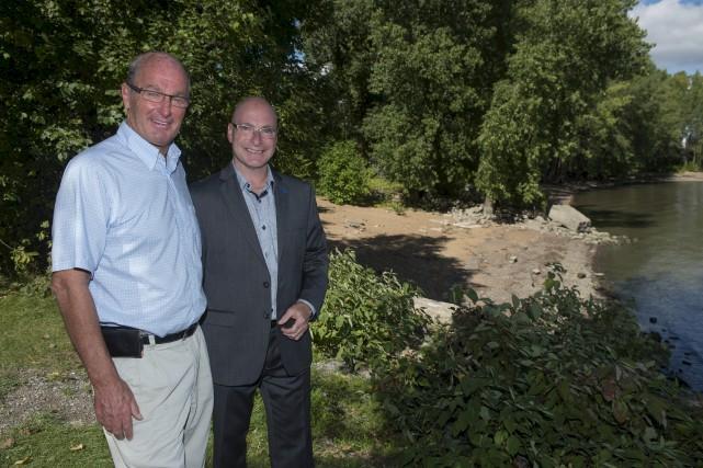 Le maire Yves Lévesque et le député de... (Stéphane Lessard)