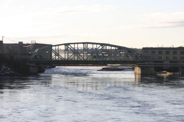 Détourner la circulation lourde du pont des Chaudières... (Patrick Woodbury, Archives LeDroit)
