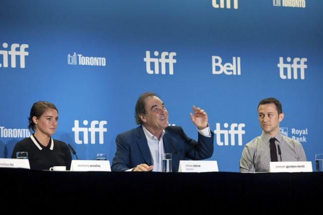Le réalisateur Oliver Stone en compagnie des acteurs... (PHOTO Galit Rodan, PC)