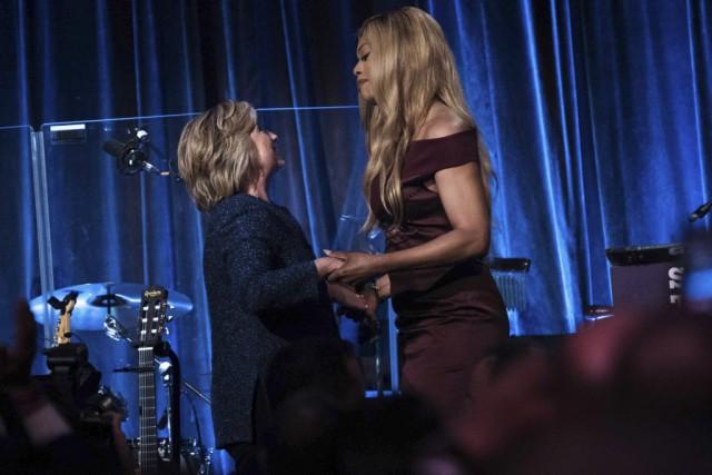Hillary Clinton a été accueillie par l'actrice Laverne... (AFP, Brendan Smialowski)
