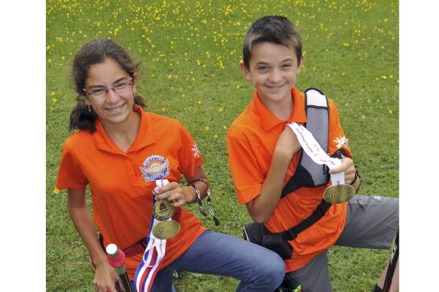 Deux jeunes archers du Club-école Tir à l'arc... (Photo Le Progrès-Dimanche, Rocket Lavoie)