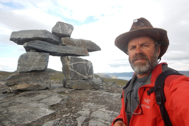 À Sailluit, impossible de rater cet imposant inukshuk... (Photo courtoisie)