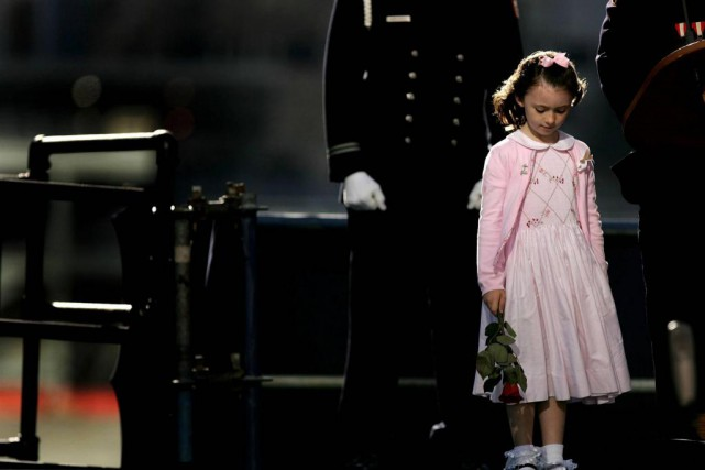 La fille d'un des policiers victimes des attentats... (PHOTO SPENCER PLATT, ARCHIVES REUTERS)