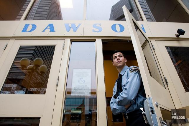 Un agent de sécurité au Collège Dawson, peu... (photo martin tremblay, archives la presse)