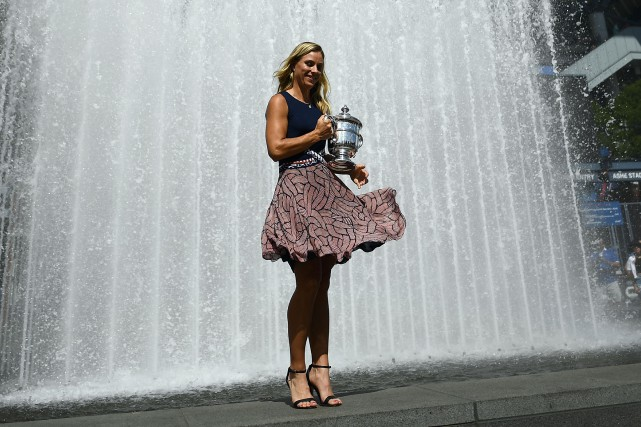 Angelique Kerber pose avec son trophée de championne... (Photo Jewel Samad, AFP)