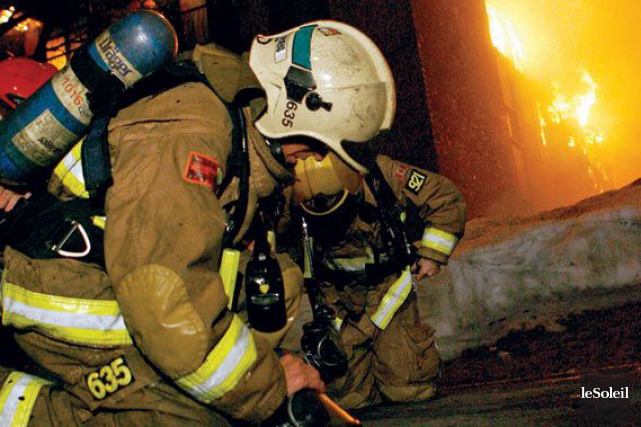Un incendie a éclaté vendredi soir dans un immeuble de la rue Dorchester, dans... (Photothèque Le Soleil)