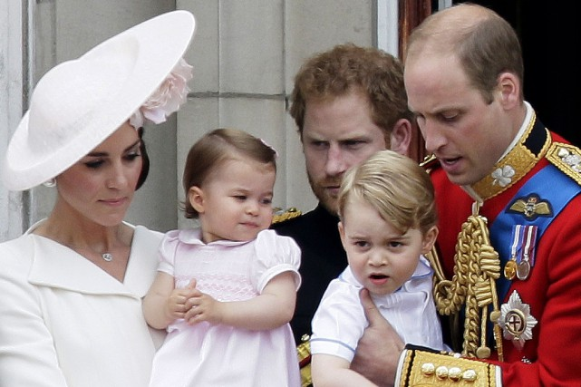 Le prince William tient le prince George tandis... (AP, Tim Ireland)