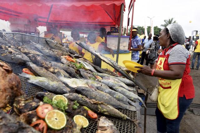 Une cuisinière à l'oeuvre durant le festival à... (AFP, Sia Kambou)