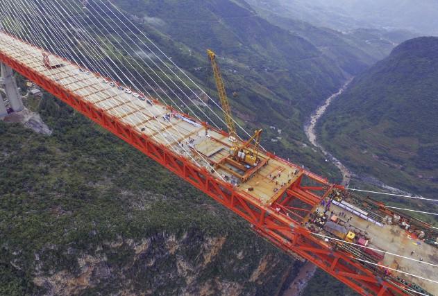 Les deux parties du tablier du pont le... (AFP, STR)