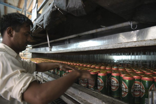Un travailleur à la Muree Brewery Company à... (PHOTO AFP)