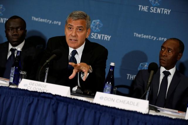 George Clooney est assis aux côtés de l'acteur... (PHOTO REUTERS)