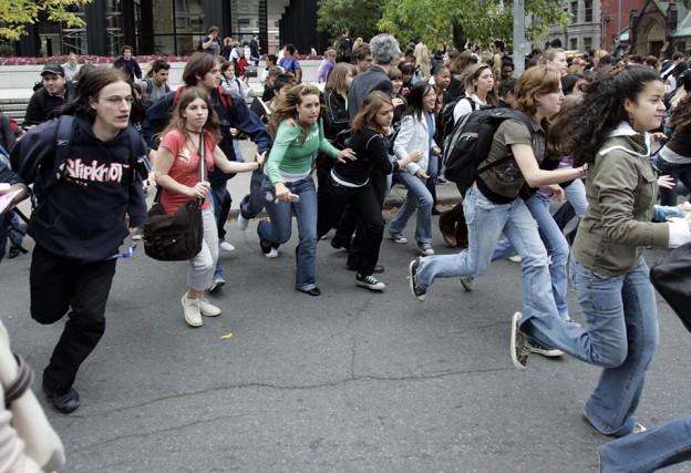 Les étudiants du Collège Dawson fuient après avoir... (Ryan Remiorz, Archives La Presse canadienne)