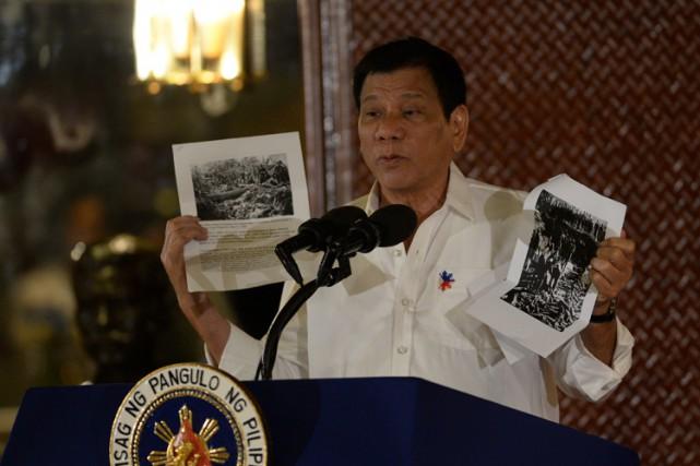 Pendant son discours, RodrigoDuterte a montré des photographies... (PHOTO AFP)