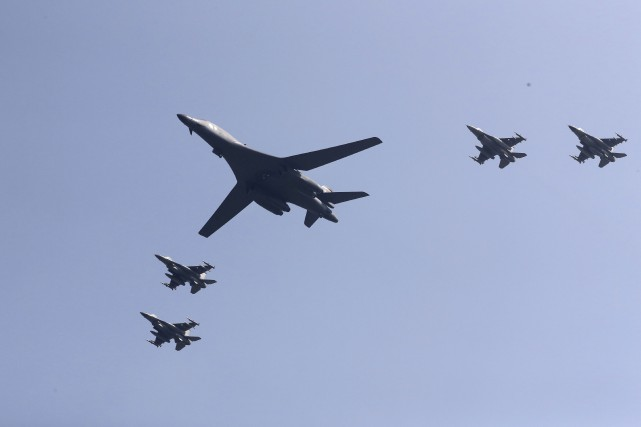 Un bombardiers B-1B, escorté par des avions américains,... (AP, Lee Jin-man)