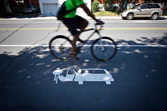 La nouvelle voie cyclable aménagée dans Rosemont-La Petite-Patriede... (Photo Patrick Sanfaçon, La Presse)