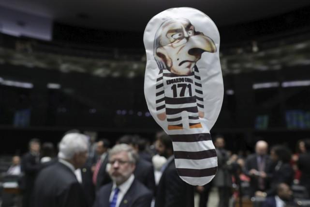 Un ballon gonflable représentant l'ancien président de la... (AP, Eraldo Peres)