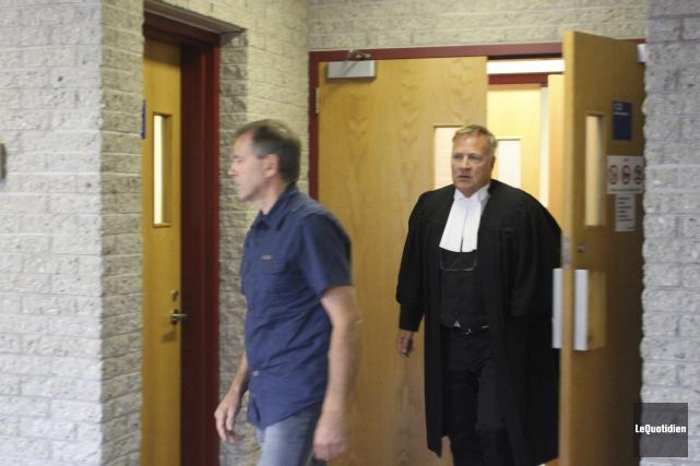 Raynald Régnier et son avocat, Me Jean-Marc Fradette.... (Photo Le Quotidien, Isabelle Tremblay)