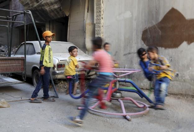 Les enfants ont pris d'assaut mardi balançoires et... (AFP, Amer Almohibany)