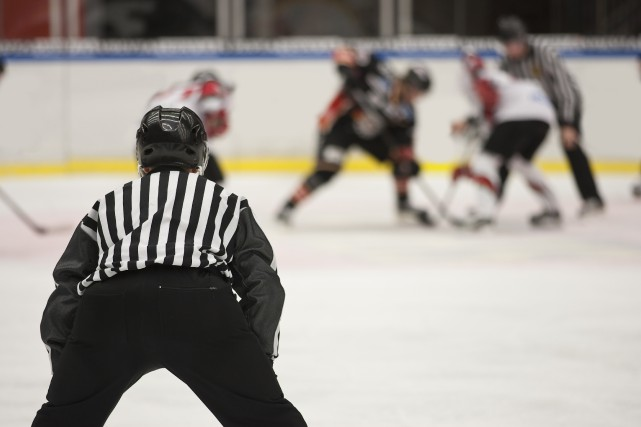 Un arbitre de hockey est mort après avoir... (123RF.com)