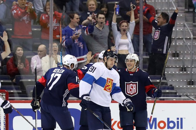 T.J. Oshie (à droite) a marqué le premier... (Photo Geoff Burke, USA Today Sports)