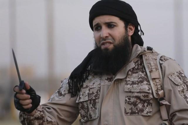 Vêtu d'un treillis de camouflage, tête enturbannée et... (AFP)
