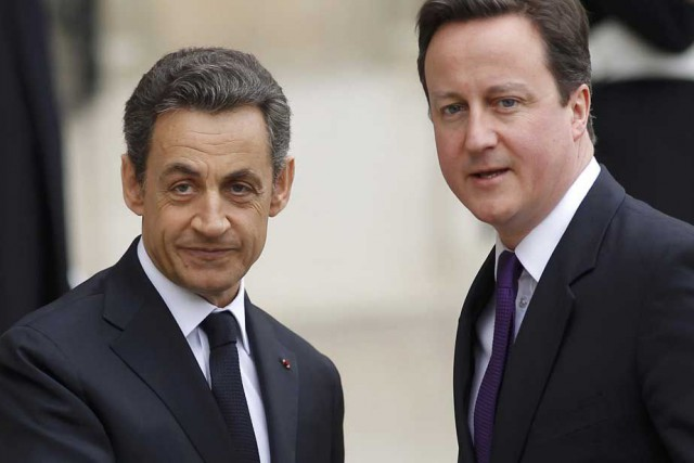 Nicolas Sarkozy (à gauche) et David Cameron.... (Photo archives Reuters)