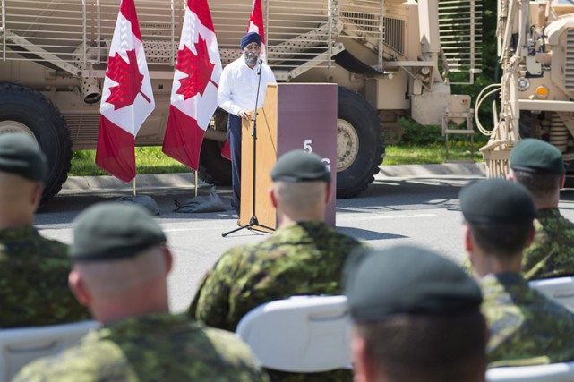 Leministrede laDéfenseHarjit Sajjan a visité la base militaire... (ARCHIVES PC)