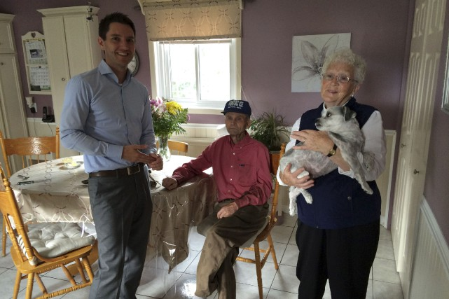 Le député André Fortin, en visite chez May... (Patrick Duquette, LeDroit)