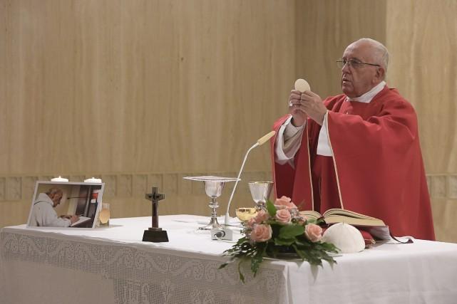 Vêtu d'une aube rouge, couleur liturgique des martyrs,... (AP)