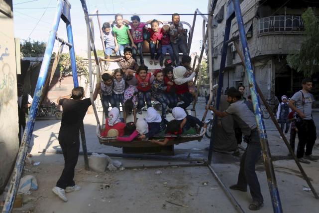 Des enfants s'amusent dans le village d'Arbin, alors... (AFP, Amer Almohibany)