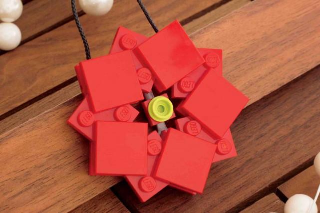 Un poinsettia... (Tirée du livre The LEGO Christmas Ornaments Book)