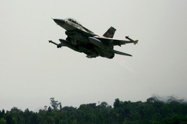 Un chasseur F-16 de l'armée de l'air israélienne... (PHOTO ARCHIVES AP)