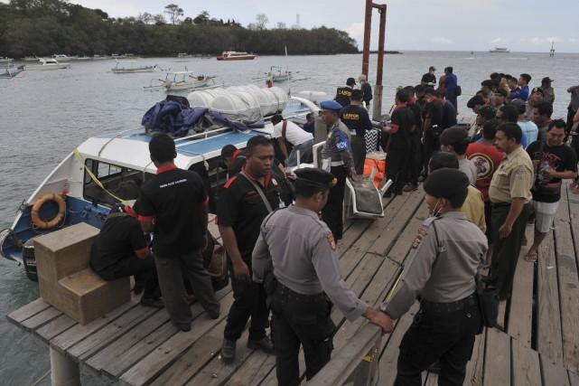 Les policiers tentent de comprendre ce qui s'est... (AFP)